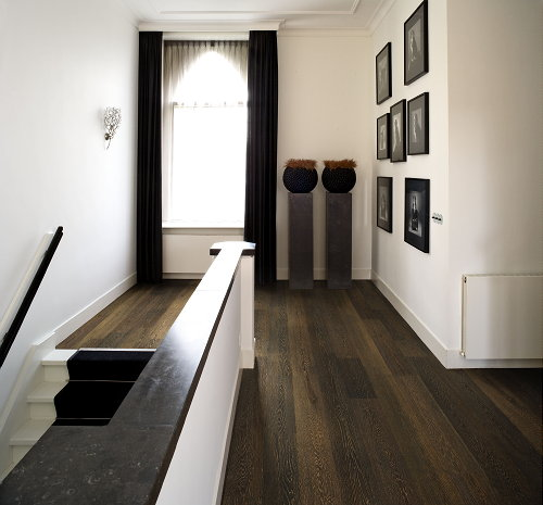 Interieur ideeen woonkamer donkere vloer : Woontrend Classical Modern ...