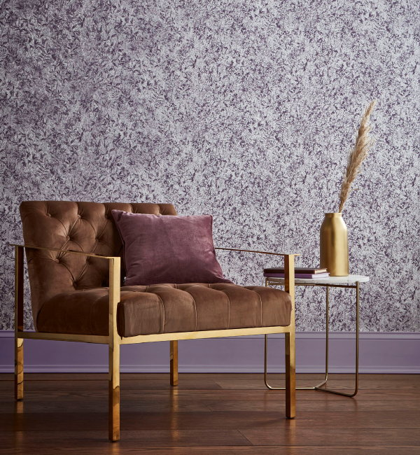 Metallic behang van Graham & Brown – Wallpaper Botany Plum (Foto Graham & Brown  op DroomHome.nl)