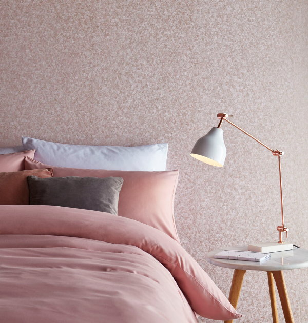 Metallic behang van Graham & Brown – Wallpaper Trinity Rose Gold (Foto Graham & Brown  op DroomHome.nl)