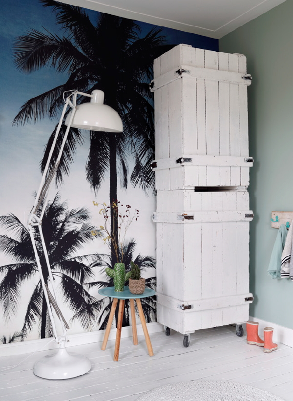 ESTAhome behang collectie Regatta Crew Surf Edition – Palmen en strand (Foto ESTAhome wallpaper op DroomHome.nl)