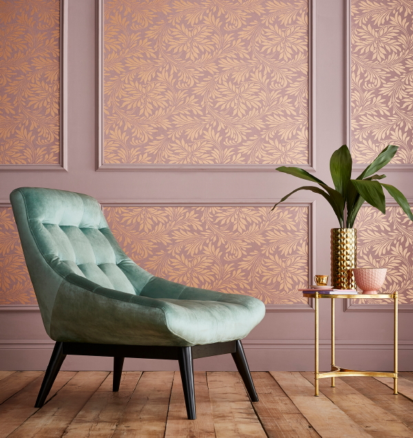 Graham & Brown behang, design Barbara Hulanicki – behang Forest Spiced Mulberry. (Foto Graham & Brown wallpaper  op DroomHome.nl)