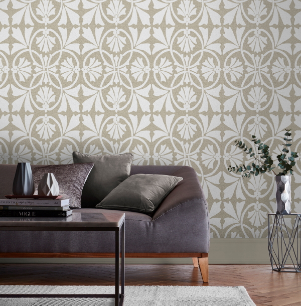 Graham & Brown behang, design Barbara Hulanicki – behang Thrones Chalk Taupe. (Foto Graham & Brown wallpaper  op DroomHome.nl)