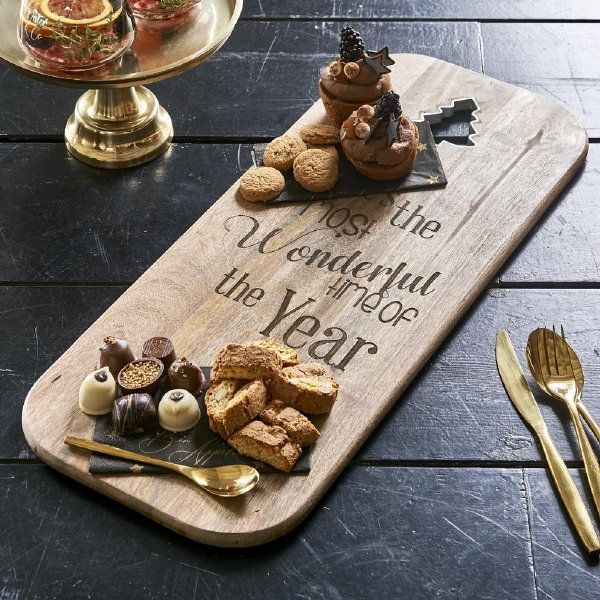 Rivièra Maison kerst 2019 – Christmas chopping board 'The most wonderful time' hapjesplank van hout (Foto Rivièra Maison  op DroomHome.nl)