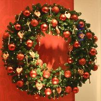 http://droomhome.nl/images/stories2/droomhome_kerstkrans_maken_rood_goud_marlies_dekkers_bijenkorf.jpg