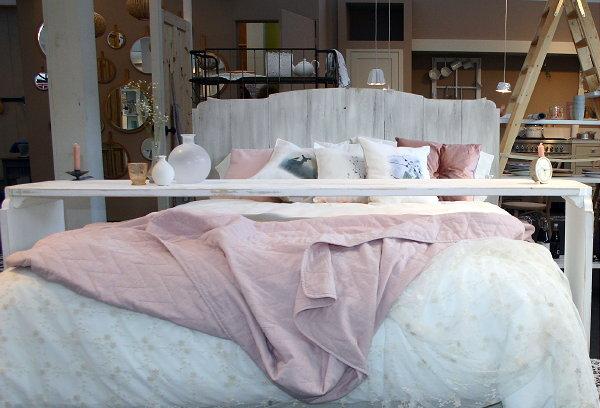 Slaapkamer Fauteuil : Slaapkamer Interieur met Zithoek in Wit & Roze ...